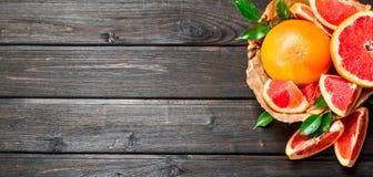 Rijpe grapefruit in de mand stock foto's