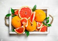 Rijpe grapefruit op een dienblad royalty-vrije stock foto's
