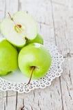 Rijpe groene appelen in een plaat Stock Foto
