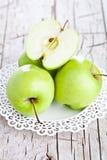 Rijpe groene appelen in een plaat Royalty-vrije Stock Foto's