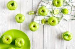 Rijpe groene appelen met van de plaat witte lijst hoogste mening als achtergrond Royalty-vrije Stock Foto's