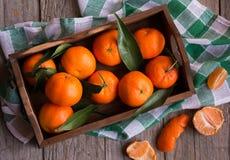 Rijpe heerlijke mandarines met schil op donkere houten lijst royalty-vrije stock foto