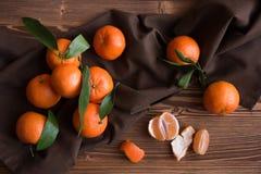 Rijpe heerlijke mandarines met schil op donkere houten lijst royalty-vrije stock afbeeldingen