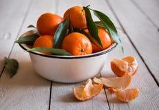 Rijpe heerlijke mandarines met schil op witte houten lijst royalty-vrije stock fotografie