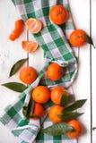 Rijpe heerlijke mandarines met schil op witte houten lijst stock foto