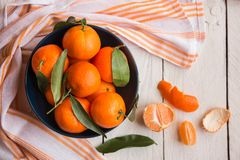 Rijpe heerlijke mandarines met schil op witte houten lijst royalty-vrije stock afbeeldingen