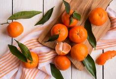 Rijpe heerlijke mandarines met schil op witte houten lijst royalty-vrije stock foto