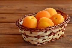 Rijpe heldere abrikozen in beige mand Royalty-vrije Stock Fotografie