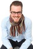 Rijpe jonge mens in een blauwe overhemd en een sjaal stock afbeelding