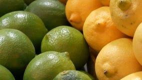 Rijpe kalk groene en gele citroen op de marktteller stock videobeelden