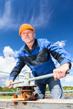 Rijpe Kaukasische arbeider in een bouwvakker bij de fabriek Royalty-vrije Stock Fotografie
