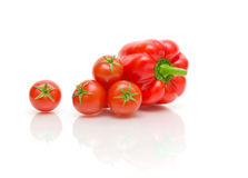 Tomaten en peper op een witte achtergrond met bezinning Royalty-vrije Stock Fotografie