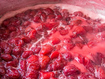 Rijpe kokende aardbeien voor jam Royalty-vrije Stock Afbeelding