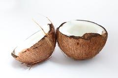 Rijpe kokosnoten en halve kokosnoot op witte achtergrond Stock Fotografie