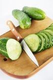 Rijpe komkommers op de scherpe raad Royalty-vrije Stock Afbeelding