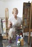 Rijpe Kunstenaar Painting In Art Studio stock foto's