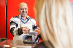 Rijpe Man die Creditcard van Jonge Vrouw goedkeuren Royalty-vrije Stock Foto's