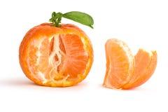 Rijpe mandarijn en secties stock afbeeldingen