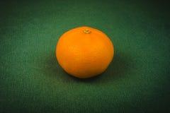 rijpe mandarijn op een groene achtergrond, Kerstmisachtergrond, Kerstmis, nieuw jaar stock fotografie