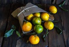 Rijpe mandarijnen in een mand Op een hout royalty-vrije stock afbeeldingen