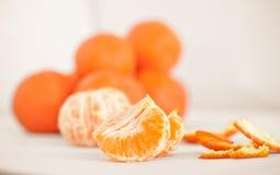Rijpe mandarin dichte omhooggaand op een witte achtergrond Mandarijnsinaasappel op een witte achtergrond stock afbeeldingen