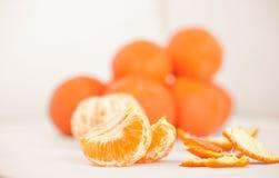 Rijpe mandarin dichte omhooggaand op een witte achtergrond Mandarijnsinaasappel op een witte achtergrond royalty-vrije stock foto