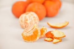 Rijpe mandarin dichte omhooggaand op een witte achtergrond Mandarijnsinaasappel op een witte achtergrond stock foto's