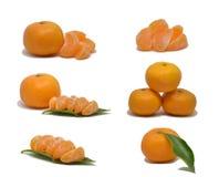 Rijpe mandarin met bladerenclose-up op een wit Stock Foto's