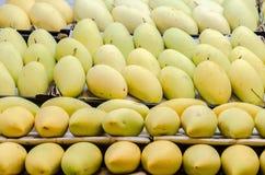 Rijpe mango's voor verkoop in de markt Royalty-vrije Stock Fotografie