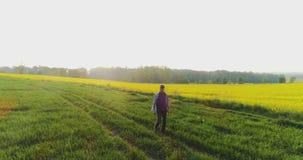 Rijpe Mannelijke Landbouwer Writing On Clipboard bij Landbouwbedrijf Moderne landbouw stock videobeelden