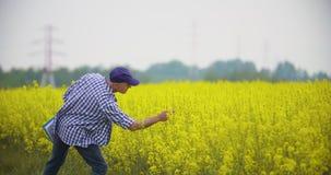 Rijpe Mannelijke Landbouwer Writing On Clipboard bij Landbouwbedrijf Moderne landbouw stock video