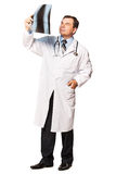 Rijpe mannelijke radioloog die de röntgenstraal van de patiënt bestuderen Stock Fotografie
