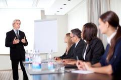 Rijpe mannelijke spreker die presentatie geeft Stock Foto's