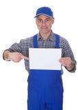 Rijpe Mannelijke Technicus Holding Empty Sheet Royalty-vrije Stock Afbeeldingen