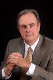 Rijpe mannelijke zakenman met zijn gevouwen handen Stock Afbeelding