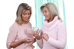 Rijpe meisjes met tabletten Stock Afbeeldingen