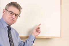 Rijpe mens bij whiteboard Royalty-vrije Stock Foto's