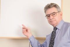 Rijpe mens bij whiteboard Royalty-vrije Stock Fotografie