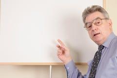 Rijpe mens bij whiteboard Stock Fotografie