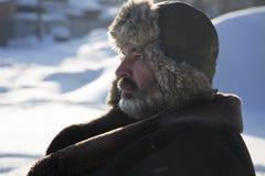 Rijpe mens in de achtergrond de winteraard Stock Afbeeldingen
