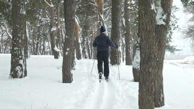 Rijpe mens die buiten ski?en stock video