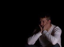 Rijpe mens die depressie met donkere achtergrond tonen Royalty-vrije Stock Fotografie