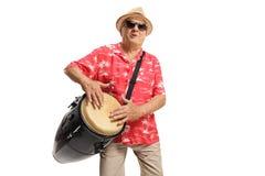 Rijpe mens die een conga trommel en het zingen spelen royalty-vrije stock foto