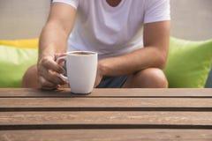 Rijpe mens die een koffiepauze hebben stock afbeelding