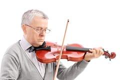 Rijpe mens die een viool spelen Stock Foto's
