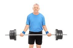 Rijpe mens die een zware barbell opheffen Royalty-vrije Stock Foto