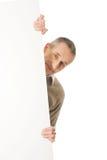 Rijpe mens die lege banner houden Stock Afbeeldingen