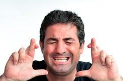 Rijpe mens die met gekruiste vingers voor geluk hopen Stock Afbeeldingen