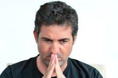 Rijpe mens die met handen op zijn mond denken Royalty-vrije Stock Afbeeldingen