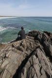 Rijpe mens die oceaan en strand overzien. Stock Foto's